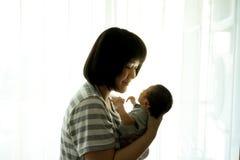 有新出生的婴孩的亚裔母亲在医院 免版税库存图片