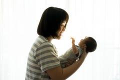有新出生的婴孩的亚裔母亲在医院 免版税库存照片