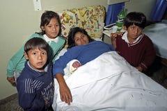 有新出生的婴孩的印地安妇女在医院 免版税图库摄影