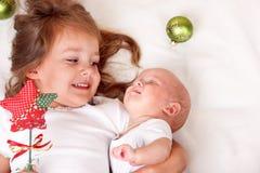 有新出生的婴孩的姐妹 免版税库存照片