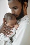 有新出生的婴孩的年轻父亲 库存照片