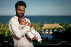 有新出生的婴孩的年轻父亲 免版税图库摄影