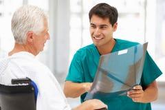 有新医生的高级患者 免版税库存图片