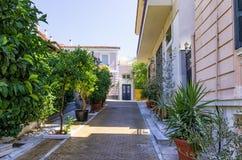 有新古典主义的大厦的街道在Mets邻里,雅典,希腊 库存图片