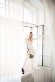 有新娘发型的美丽的白肤金发的妇女未婚妻 免版税库存图片