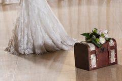 有新娘的婚礼配件箱 图库摄影