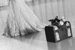 有新娘的婚礼配件箱 库存图片