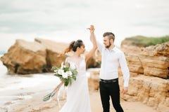 有新娘的年轻夫妇新郎一个沙滩的 库存图片