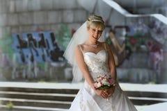 有新娘花束的微笑的新娘 库存照片