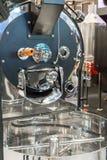 有新技术的商业咖啡豆烘烤器机器 免版税图库摄影
