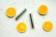 有新橙色切片的,烙记的大模型的,自然维生素C空白的标签化妆瓶容器 库存图片