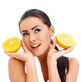 有新橙色halfs的妇女在她的现有量 库存图片