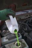 有新的不冻液的技工填装的车 免版税库存照片