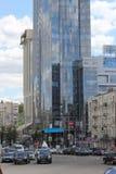 有新的大厦的老街道 免版税图库摄影