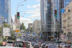 有新的大厦的老街道 免版税库存照片