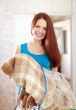 有新的格子花呢披肩的愉快的妇女 免版税图库摄影