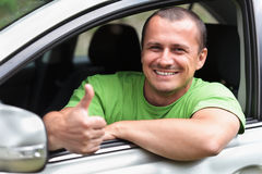 有新的汽车的愉快的年轻人 免版税库存照片