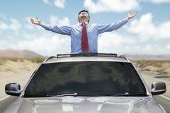 有新的汽车的成功的人 免版税库存照片