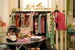 妇女衣物和鞋子时尚商店 免版税库存图片