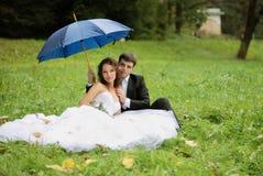 有新郎的新新娘 免版税库存图片