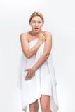 有新鲜的健康皮肤覆盖物的美丽的妇女  免版税库存照片