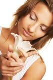 有新鲜的干净的皮肤和白花的妇女 免版税库存图片