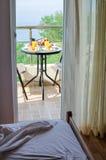 有新鲜的早餐的旅馆客房服务在大阳台 库存照片