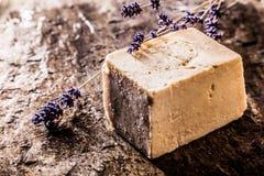 有新鲜的淡紫色小树枝的手工制造肥皂  免版税图库摄影