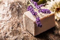 有新鲜的淡紫色小树枝的手工制造肥皂  免版税库存照片