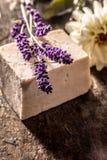 有新鲜的淡紫色小树枝的手工制造肥皂  免版税库存图片