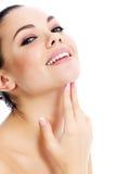 有新鲜的清楚的皮肤的快乐的女性 免版税图库摄影
