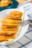 有新鲜的烤嘎吱咬嚼的土豆片的板材 免版税库存图片