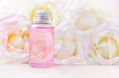 有新鲜的玫瑰色花的自然化妆瓶,有机秀丽 库存图片