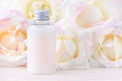 有新鲜的玫瑰色花的,有机产品自然化妆瓶 免版税库存图片