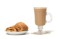 有新鲜的被烘烤的苹果饼的咖啡杯 背景查出的白色 库存照片