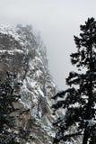 有新鲜的雪的花岗岩墙壁 免版税库存照片
