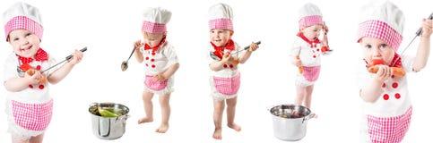 有新鲜蔬菜和果子的小厨师女孩佩带的厨师帽子。 免版税库存图片