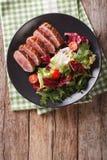 有新鲜蔬菜沙拉关闭的鲜美被切的烤鸭乳房 库存图片