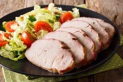 有新鲜蔬菜沙拉特写镜头的可口被烘烤的猪肉内圆角 库存图片