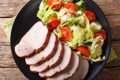 有新鲜蔬菜沙拉特写镜头的可口被烘烤的猪肉内圆角 免版税库存照片