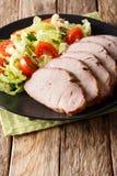 有新鲜蔬菜沙拉特写镜头的o被切的烤猪肉内圆角 库存照片