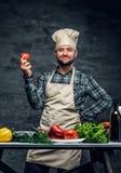 有新鲜蔬菜的一个厨师人在桌上 免版税图库摄影