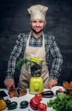 有新鲜蔬菜的一个厨师人在桌上 库存图片