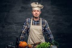 有新鲜蔬菜的一个厨师人在桌上 库存照片