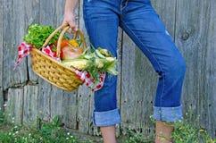 有新鲜蔬菜的女孩 库存照片