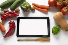 有新鲜蔬菜的数字式片剂 免版税库存照片