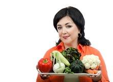 有新鲜蔬菜盘子的营养教练  免版税图库摄影
