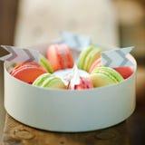 有新macarons的白色箱子 美食的点心 礼物女朋友 免版税库存照片