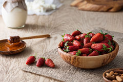 有新stawberries的木碗 免版税库存图片