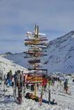 有方向的岗位到滑雪在奥地利阿尔卑斯, Ischgl倾斜 免版税库存照片